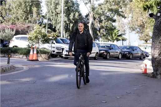 , Με ποδήλατο στην συνεδρίαση της ΚΟ στο Καβούρι ο Αμυράς