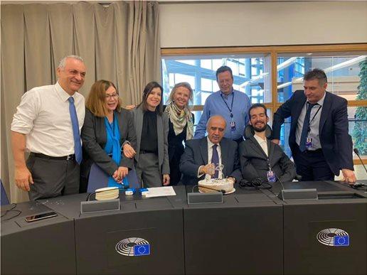 , Η vassilopita της ΝΔ στο Στρασβούργο: Ο τυχερός Ζαγοράκης, το φλουρί αξίας 1 ευρώ και η έκπληξη των ξένων ευρωβουλευτών
