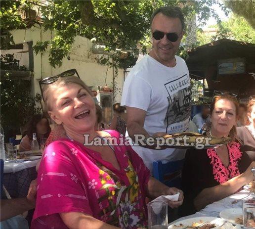 , Ο Σταϊκούρας και έκανε το… γκαρσόνι- Χαλαρός, μαυρισμένος και με ρούχα παραλίας σέρβιρε λαβράκια (Εικόνα)